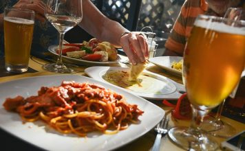 How restaurants influence our eating habits - Delicious looking foods accompanied by alcoholic beverages