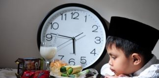 Kapan-Puasa-Ramadhan-small child waiting to eat at sundown
