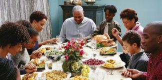 how to avoid the drama at thanksgiving: family at dinner table