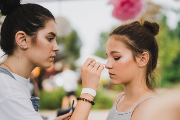 makeup master-class-make-up-girl-makes-make-up-to-her-friend_1321-1461 Make Up for Your Makeup Mistakes