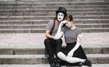 rf freepik sad-mime-couple-sitting-on-staircase_23-2147891778 Here's How to Remedy Relationship Failure