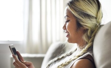 10 Obvious Signs He's Stringing You Along smiling-woman-using-smartphone_53876-14728-min
